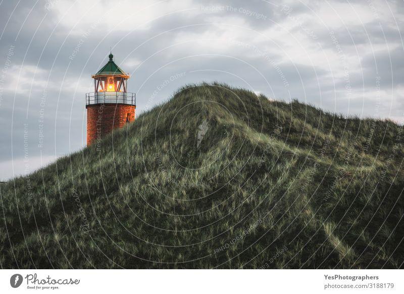 Beleuchteter Leuchtturm auf einem Hügel mit hohem Gras und Moos auf der Insel Sylt Ferien & Urlaub & Reisen Sommer Sommerurlaub Umwelt Natur Landschaft Himmel