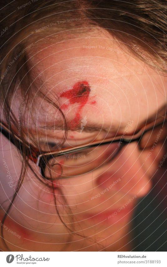 Halloween - Frau mit Kopfwunde Wunde Schminke Mord Gefahr Theater Kopfschuss Blut Tod Gewalt Mensch Gesicht Angst gefährlich Wut bedrohlich Schmerz Entsetzen
