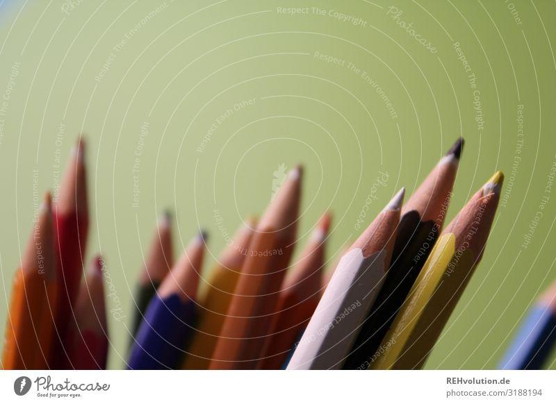buntstifte Zeichenutensilien Zeichenstift gespitzt Kunst Kreativität Farbstift malen Schreibstift Spielzeug Spitze Unschärfe Detailaufnahme Makroaufnahme