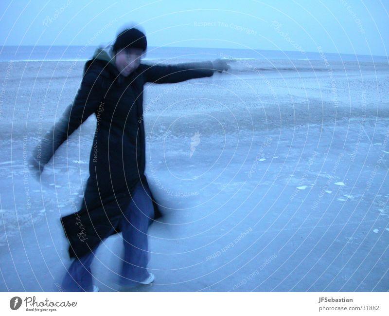 Eistanz Frau Meer Winter kalt Tanzen Fröhlichkeit Mantel Freak