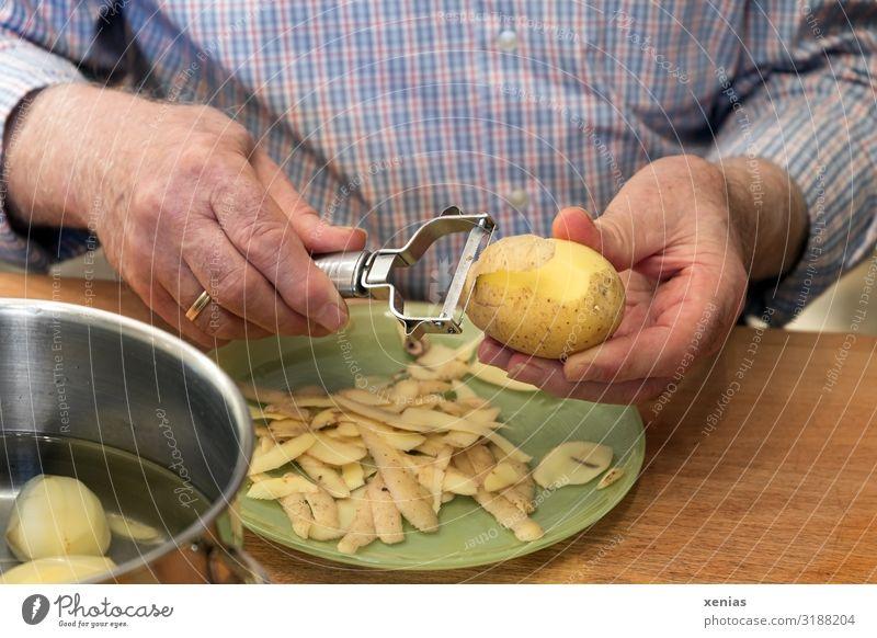 reife Herrenhände schälen Kartoffeln Lebensmittel Gemüse Kartoffelschale Ernährung Mittagessen kochen & garen häuten Teller Topf Messer Sparschäler