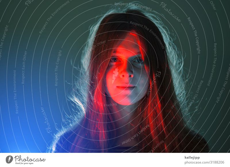 Mädchen mit langen Haaren bei Kunstlicht Mensch feminin Kindheit Jugendliche Leben Kopf Haare & Frisuren Gesicht Auge Nase Mund Lippen 1 brünett langhaarig
