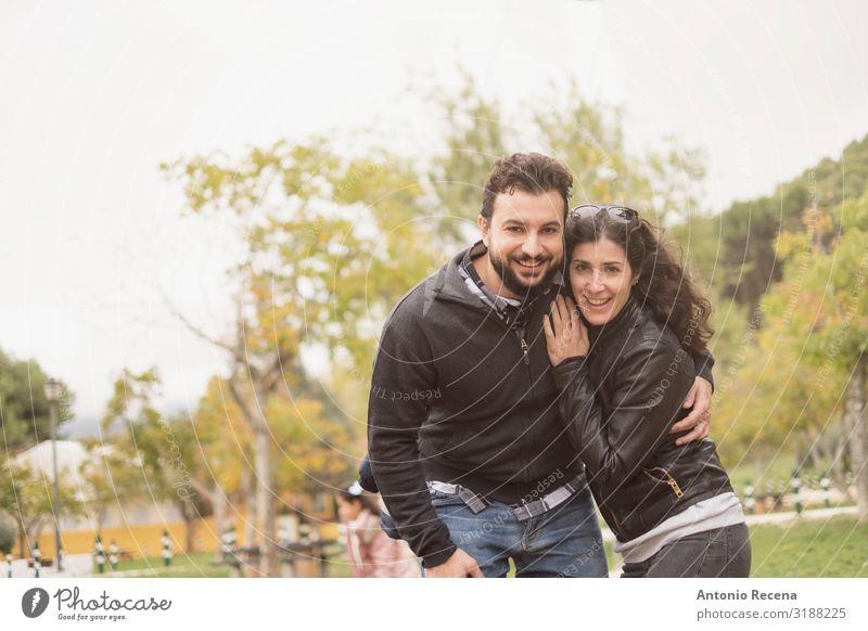 30-40 Jahre altes Ehepaar im Park, das für ein Foto posiert Lifestyle Glück Valentinstag Mensch Frau Erwachsene Mann Paar brünett Vollbart Lächeln lachen Liebe