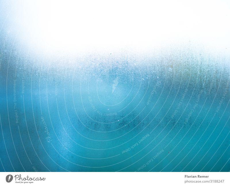 Kondenswasser auf Scheibe Glasscheibe Fenster kondensieren Wassertropfen Wasserfarbe Flüssigkeit einzigartig blau weiß kalt Farbfoto Innenaufnahme