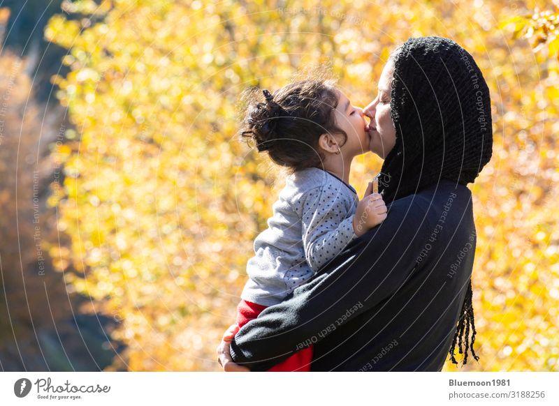 Frau Kind Mensch Ferien & Urlaub & Reisen Natur Farbe schön Baum Erholung Einsamkeit Blatt ruhig Freude Wald Mädchen schwarz