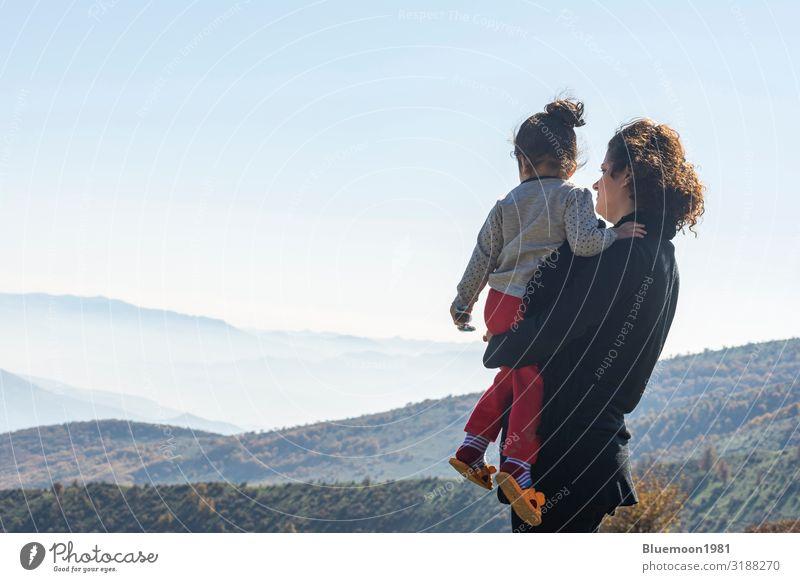 Frau Kind Mensch Ferien & Urlaub & Reisen Natur schön Landschaft Erholung Einsamkeit ruhig Freude Mädchen Ferne Berge u. Gebirge schwarz Gesundheit