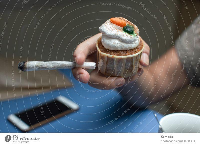 Person, die einen Weltraumkuchen isst und einen großen Marihuana Joint raucht. Lebensmittel Kuchen Dessert Essen Frühstück Heißgetränk Kaffee Topf Lifestyle