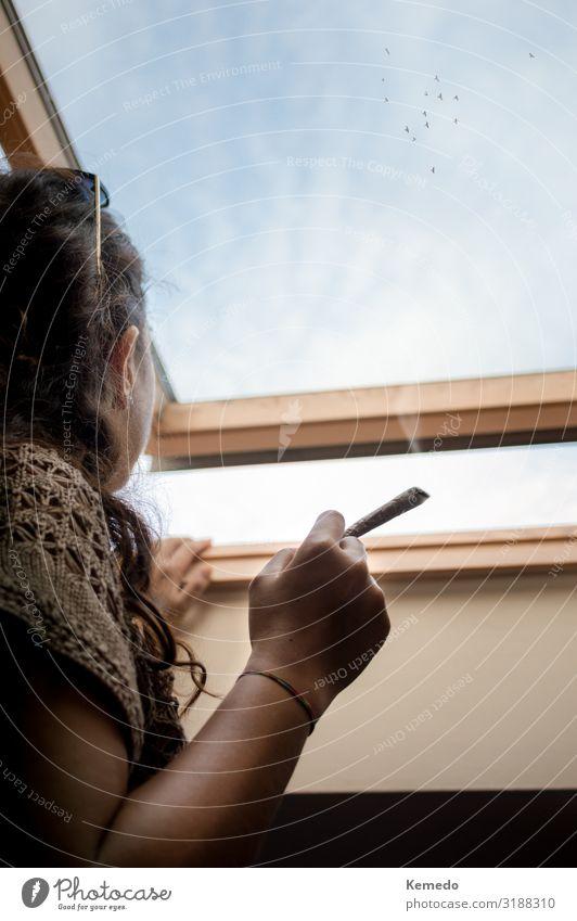 Nachdenkliche junge Frau, die einen Marihuana Joint raucht. Topf Lifestyle Stil Gesundheitswesen Alternativmedizin Rauchen Rauschmittel Wellness harmonisch