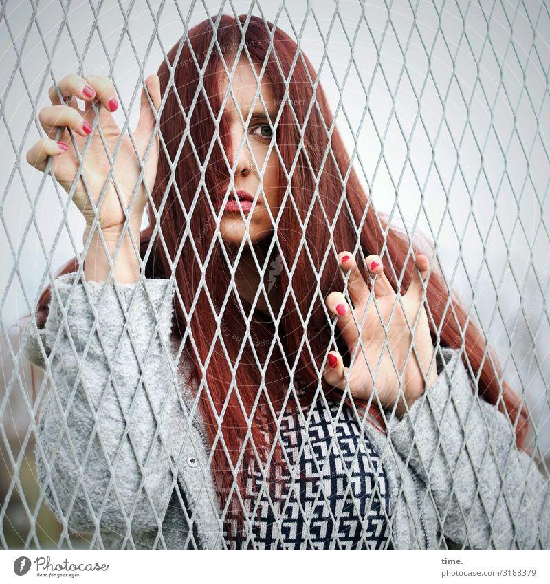 Geschichten vom Zaun (XL) feminin Frau Erwachsene 1 Mensch T-Shirt Jacke rothaarig langhaarig beobachten festhalten Blick Neugier Überraschung Traurigkeit Sorge