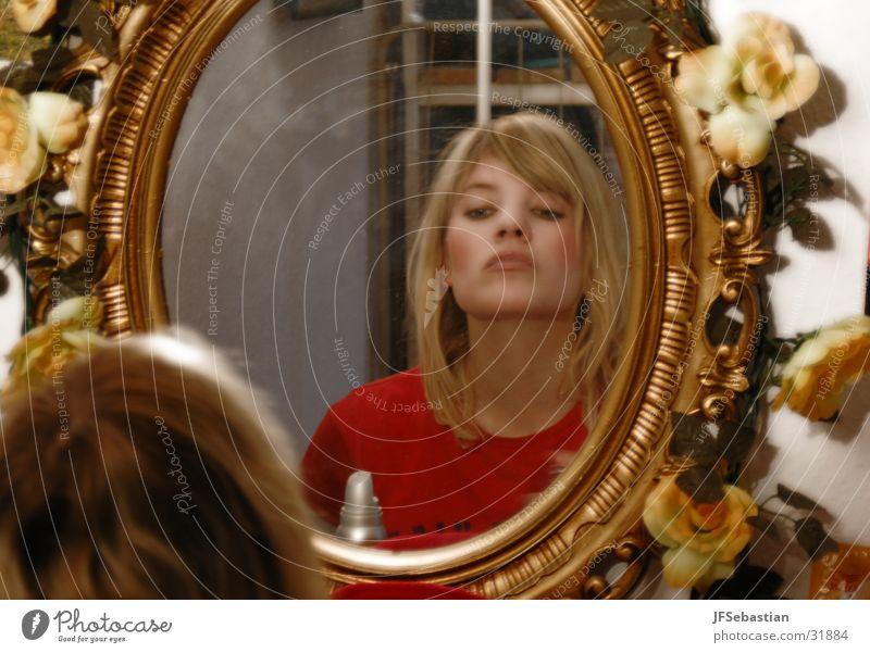 Spieglein Frau blond Rose Spiegel Schminken eitel