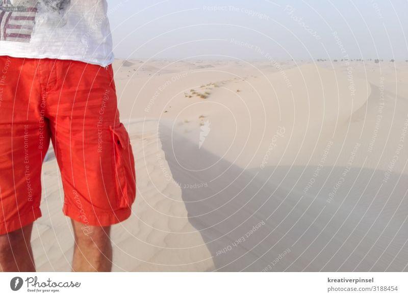 In der Wüste Mensch maskulin Körper Beine 1 30-45 Jahre Erwachsene Sand Himmel Horizont Sommer Schönes Wetter Dürre Bekleidung T-Shirt Hose Badehose Stoff