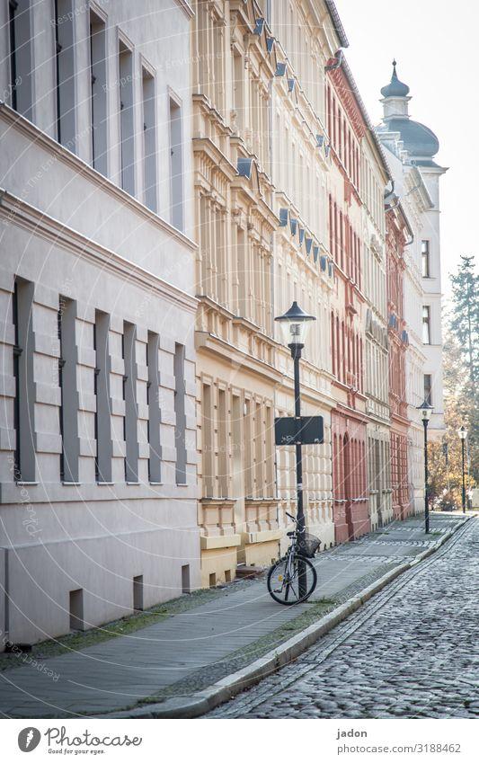 empty streets (1). elegant Fahrrad Brandenburg an der Havel Stadt Stadtzentrum Altstadt Menschenleer Haus Gebäude Architektur Fassade Verkehrsmittel