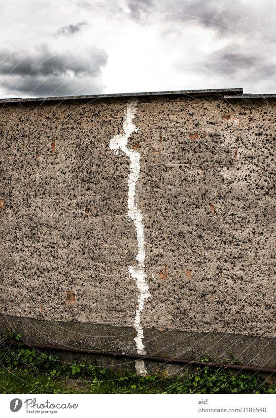 Broken Wall Renovieren Wolken Gewitterwolken Mauer Wand Fassade Stein Beton dunkel eckig kaputt grau weiß Horizont Ordnung stagnierend Trennung Riss Mauerriss
