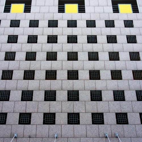 ~ Menschenleer Haus Bauwerk Gebäude Architektur Mauer Wand Fassade Fenster Beton Linie Streifen gelb grau Design Farbe graphisch Grafische Darstellung Gitter