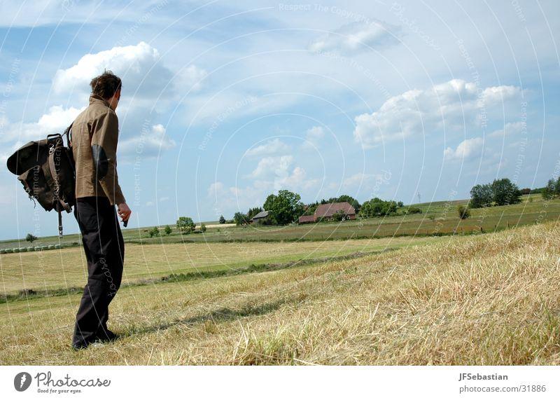 Landflucht Himmel Feld wandern unterwegs Rucksack