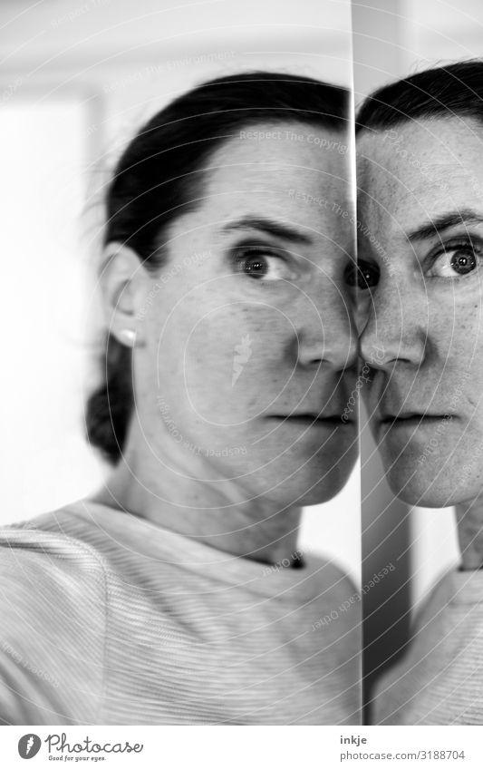 Spiegel Frau Erwachsene Leben Gesicht 1 Mensch 30-45 Jahre 45-60 Jahre Blick authentisch nah Gefühle Traurigkeit Hemmung ernst nachdenklich Identität Scham