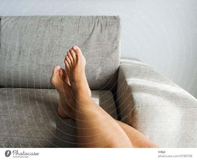 barfuß Lifestyle schön Wohlgefühl Zufriedenheit Erholung ruhig Freizeit & Hobby Häusliches Leben Wohnung Sofa Frau Erwachsene Beine Fuß Frauenfuß Frauenbein 1