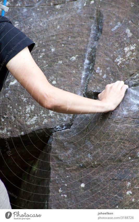 Chalk to the hand Mensch Ferien & Urlaub & Reisen Jugendliche Junger Mann Hand Berge u. Gebirge 18-30 Jahre Erwachsene Sport Freiheit Stein grau Felsen maskulin