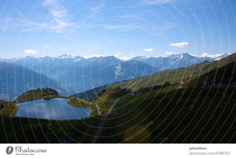 Teich in den Alpen See Speicherteich Berge u. Gebirge Almwiese Himmel Menschenleer Textfreiraum Schönwetterwolken Blauer Himmel Zillertaler Alpen Bergpanorama