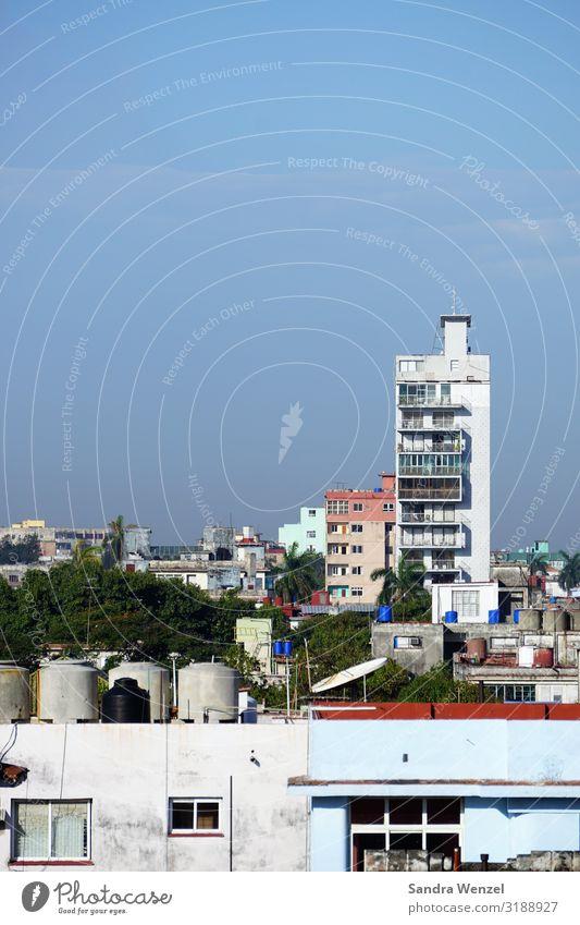 Havanna Kuba Amerika Karibik Grosse Antillen Stadt Hauptstadt Skyline Haus Hochhaus Bauwerk Gebäude Architektur bauen Häusliches Leben Baracke Armut Kommunismus
