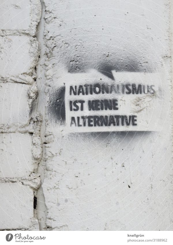 NATIONALISMUS IST KEINE ALTERNATIVE Schriftzeichen Schilder & Markierungen Graffiti Kommunizieren schwarz weiß Gefühle Menschlichkeit Verantwortung erleben