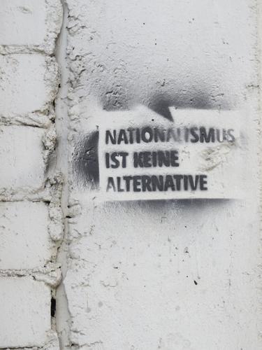 NATIONALISMUS IST KEINE ALTERNATIVE weiß schwarz Leben Graffiti Gefühle Erde Stimmung Schriftzeichen Kommunizieren Schilder & Markierungen Wandel & Veränderung
