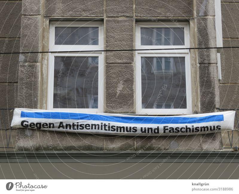 Gegen Antisemitismus und Faschismus Haus Altbau Mauer Wand Fenster Spruchband Schriftzeichen Kommunizieren blau braun weiß Gefühle Stimmung Mut Menschlichkeit