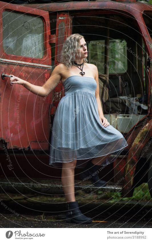 What's next? Mensch feminin Junge Frau Jugendliche 1 18-30 Jahre Erwachsene Fahrzeug Bekleidung Kleid blond Tapferkeit Farbfoto Außenaufnahme Ganzkörperaufnahme