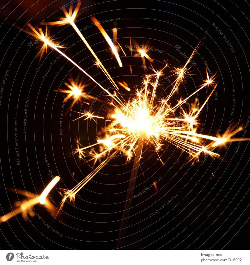 Party Lichteffekt. Frohes neues Jahr und Frohe Weihnachten Konzept. Wunderkerzen für Feier. Magisches Licht. Winter Weihnachtsdekoration. Feuerwerk Gefühle