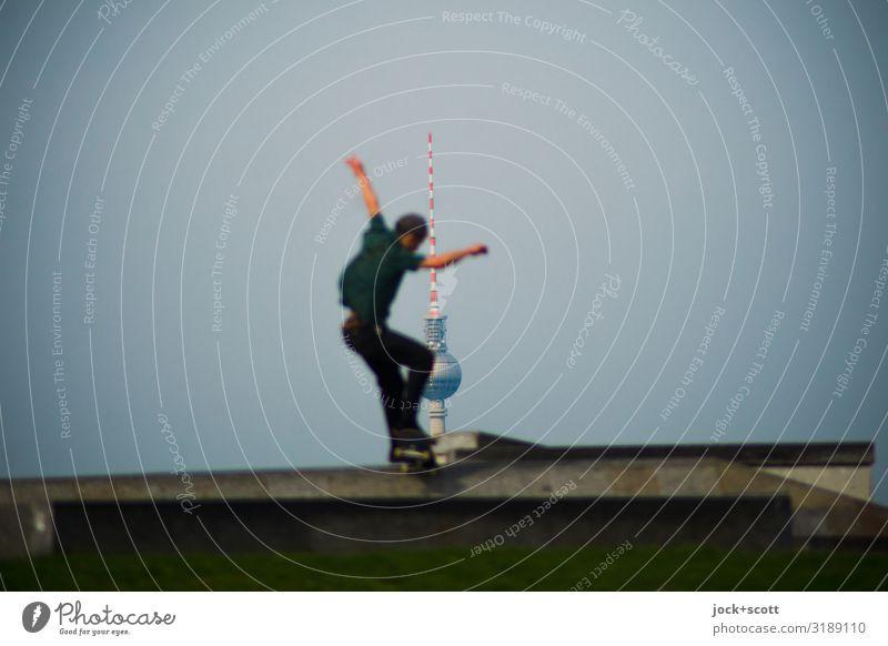 ein Sprung für 1800 Skateboarding Junger Mann Jugendliche Mensch Wahrzeichen Berliner Fernsehturm Betonplatte springen sportlich Gefühle Lebensfreude Coolness