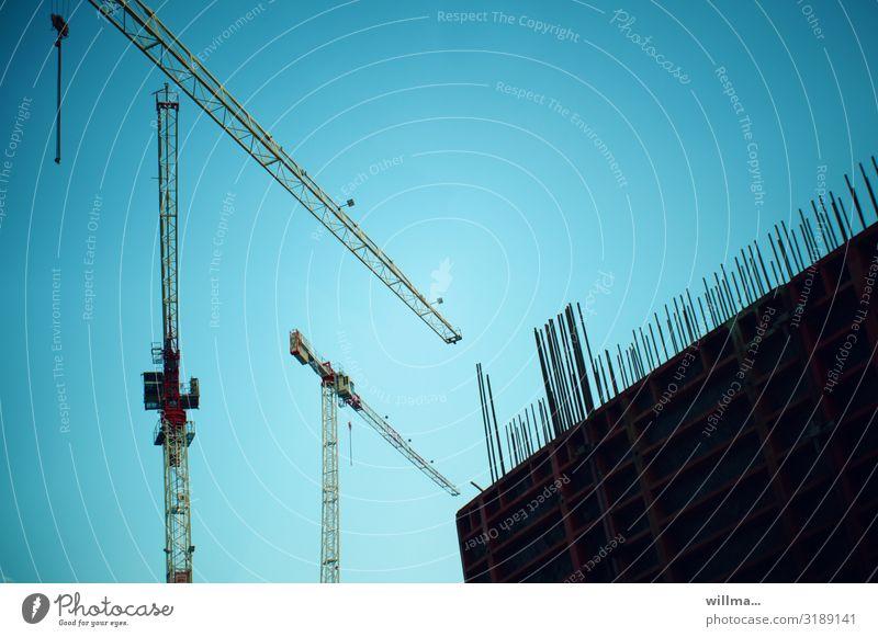 Gründerszene - Kran beim Hausbau auf einer Baustelle Bauwerk Gebäude bauen Beginn Hochbau errichten Kräne Hintergrund neutral