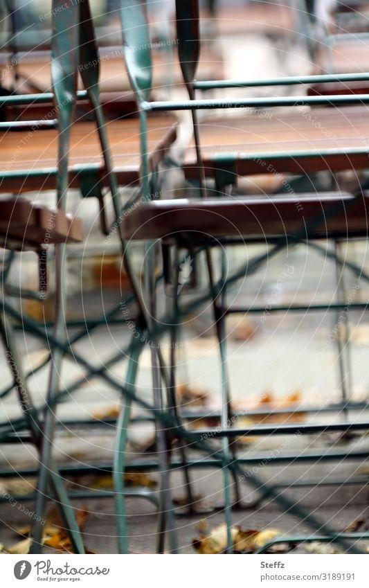 Saisonende Herbst Herbstlaub Stuhl Stuhlbein Stuhlgruppe Holz Metall viele braun grün Stimmung Herbstgefühle Novemberstimmung chaotisch Nostalgie ruhig