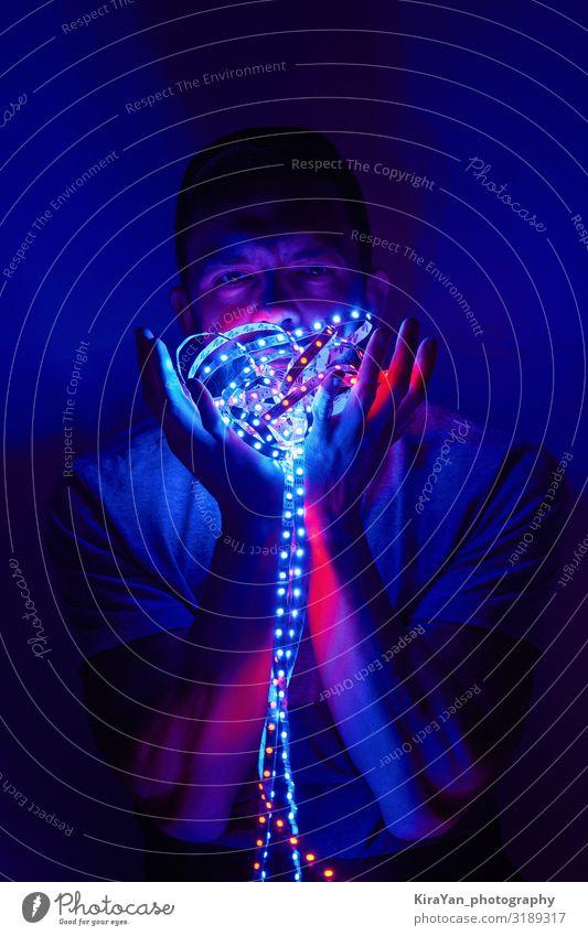 Mann mit LED-Leuchten Lifestyle Design Nachtleben Entertainment Party Erwachsene 1 Mensch glänzend genießen blau violett rosa Stimmung Kraft Gewalt Stress