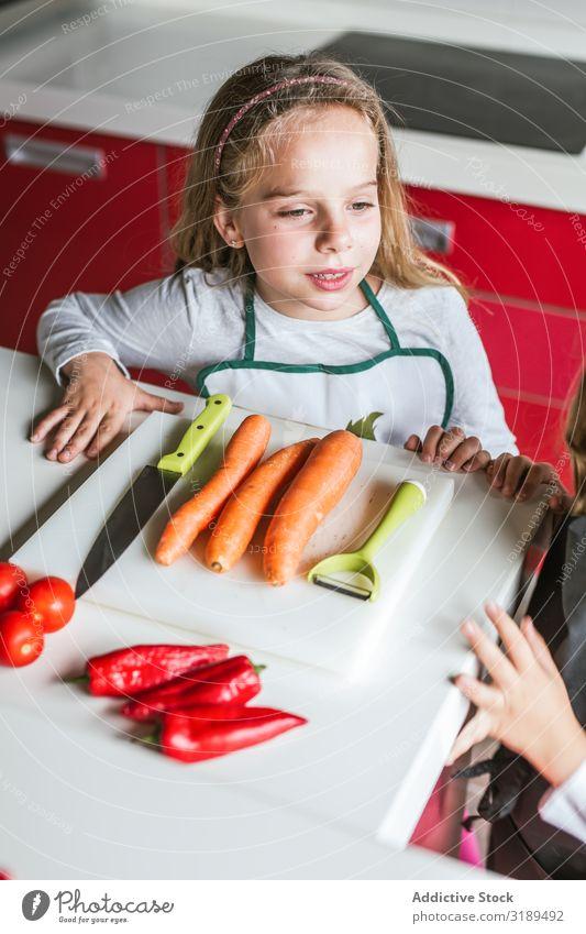 Geschwister bereiten Gemüse für Salat zu. Küche kochen & garen angeblättert Schneiden Salatbeilage heimwärts Mädchen Junge Vegane Ernährung Gesundheit frisch