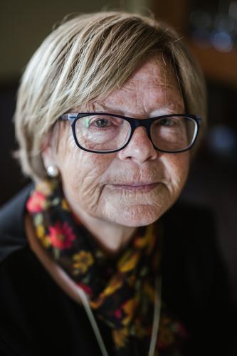 Ältere Frau mit Brille, die auf die Kamera schaut. alt knittern Porträt Art Brillenträger Gesicht Ausdruck heimwärts gemütlich reif Senior Rentnerin