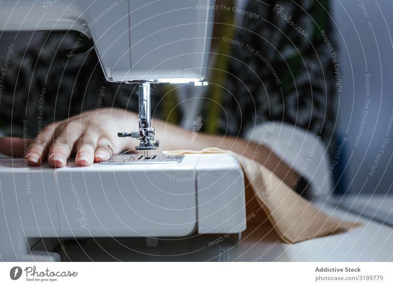 Teenagermädchen in einer Nähschule Frau Schulklasse Klassenraum Jugendliche Bekleidung Stickereien Stoff Fabrik Mädchen Beruf Maschine Muster Schule Nähen