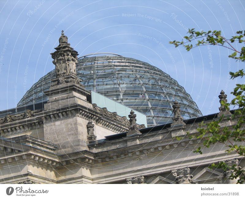 Berlin Reichstagkuppel Kuppeldach Glaskuppel Haus Denkmal Architektur Deutscher Bundestag kanzler