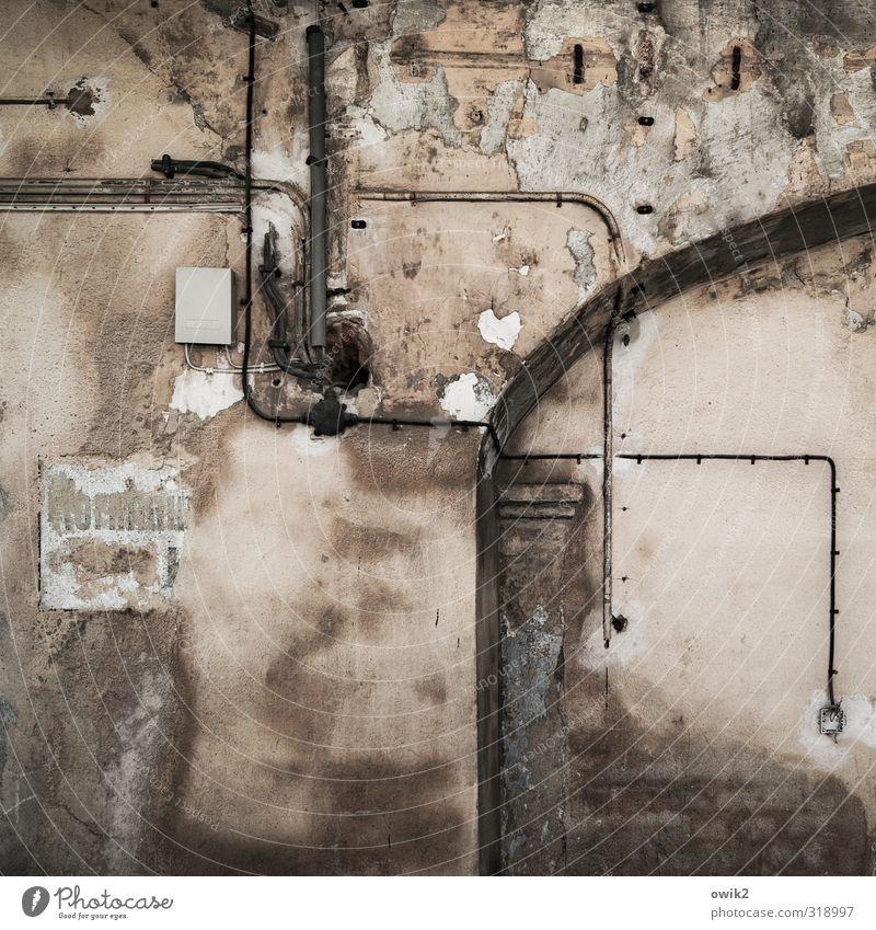 Energiekrise Technik & Technologie Energiewirtschaft Kabel Stromtransport Mauer Wand Fassade alt dünn eckig gruselig trashig Erschöpfung Stress bizarr chaotisch