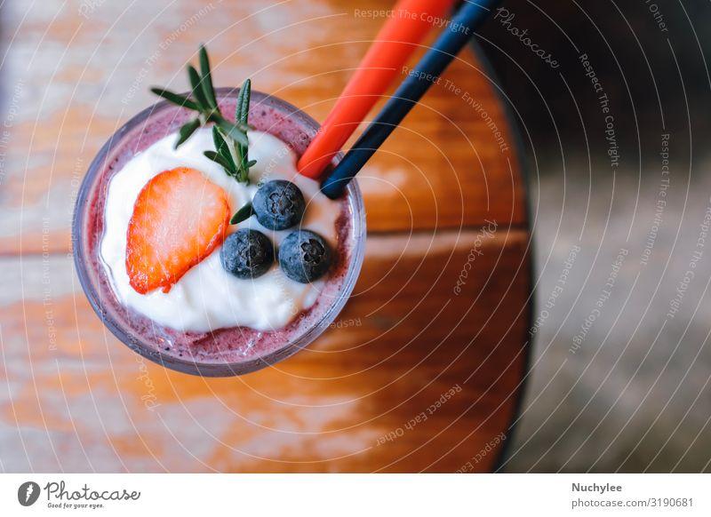 Erdbeer- und Blaubeer-Smoothie Sommerdrink Joghurt Frucht Dessert Ernährung Essen Vegetarische Ernährung Diät Getränk Tisch Natur Holz Coolness frisch lecker