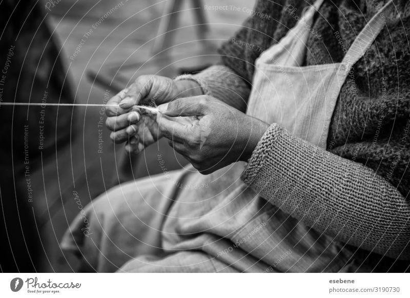 Spinnen mit einem Holzspinnrad Lifestyle Arbeit & Erwerbstätigkeit Industrie Handwerk Werkzeug Frau Erwachsene Kunst Kultur Stoff alt Bewegung retro weiß