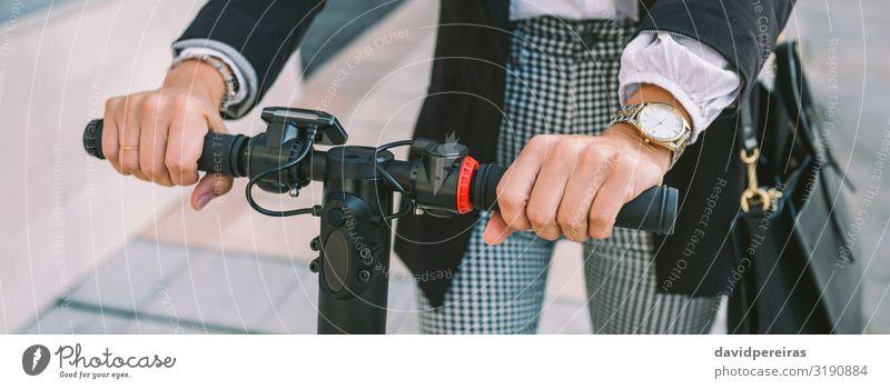 Nicht erkennbare Geschäftsfrau mit E-Scooter im Freien elegant Stil Internet Mensch Frau Erwachsene Hand Verkehr Straße Mode Hemd Ring beobachten fahren modern
