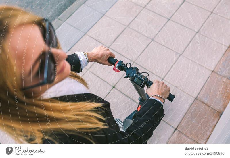 Draufsicht einer Geschäftsfrau mit E-Scooter im Freien elegant Stil Mensch Frau Erwachsene Hand Verkehr Straße Fluggerät Mode Hemd Sonnenbrille beobachten