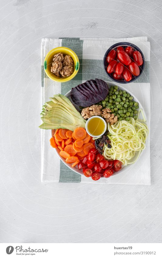 Roher veganer Salat mit verschiedenen Gemüsesorten Lebensmittel Mittagessen Abendessen Vegetarische Ernährung Diät Gesunde Ernährung Küche Holz frisch lecker