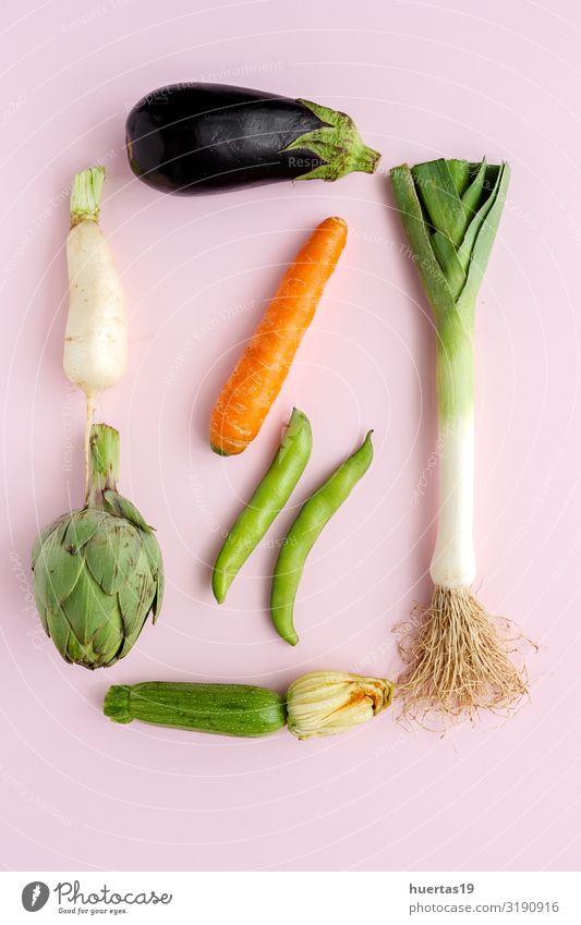 Komposition aus frischem Gemüse mit Knollen auf weißem Hintergrund Lebensmittel Ernährung Vegetarische Ernährung Diät Gesunde Ernährung natürlich grün rosa