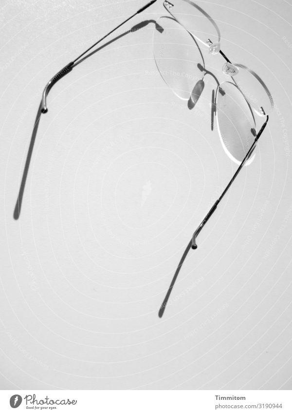 weitsichtig   Brille hilft Arbeit & Erwerbstätigkeit Büro Metall Kunststoff warten ästhetisch grau schwarz weiß Gefühle außer Betrieb Hilfsmittel