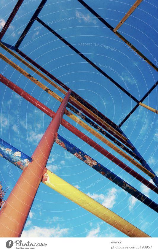 Buntmetall Himmel Wolken Schönes Wetter Klettergerüst Metall alt einfach fest blau mehrfarbig gelb orange rot Vergangenheit Strebe Konstruktion sparsam Neigung
