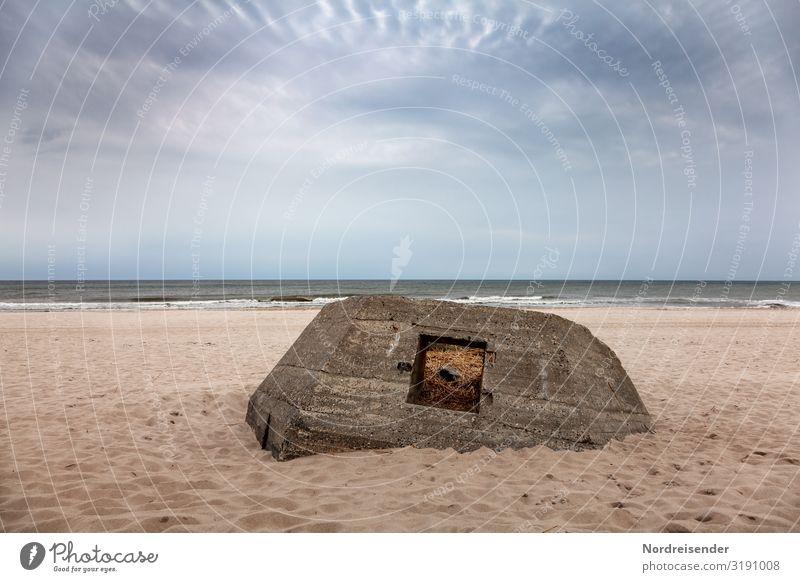 Deplatziert Ausflug Strand Meer Zeitmaschine Natur Landschaft Sand Wasser Himmel Wolken Wind Küste Nordsee Ruine Bauwerk Beton alt bedrohlich dunkel kaputt