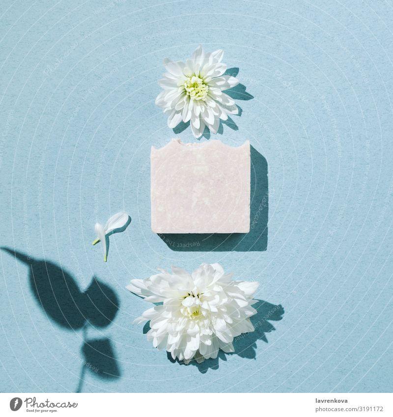 Minimalistischer Flachleger aus handgemachter Seife mit Blumen und Blütenblättern Bars Schwimmen & Baden Beautyfotografie Körper Körperpflege Chrysantheme