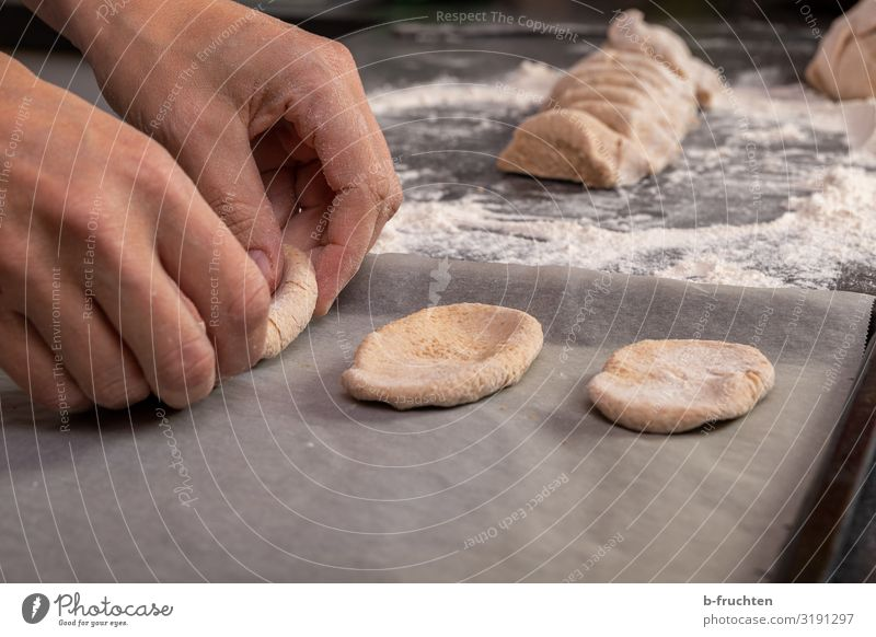 Teig auslegen Lebensmittel Teigwaren Backwaren Brot Ernährung Gesunde Ernährung Koch Küche Hand Finger Arbeit & Erwerbstätigkeit gebrauchen berühren Genauigkeit