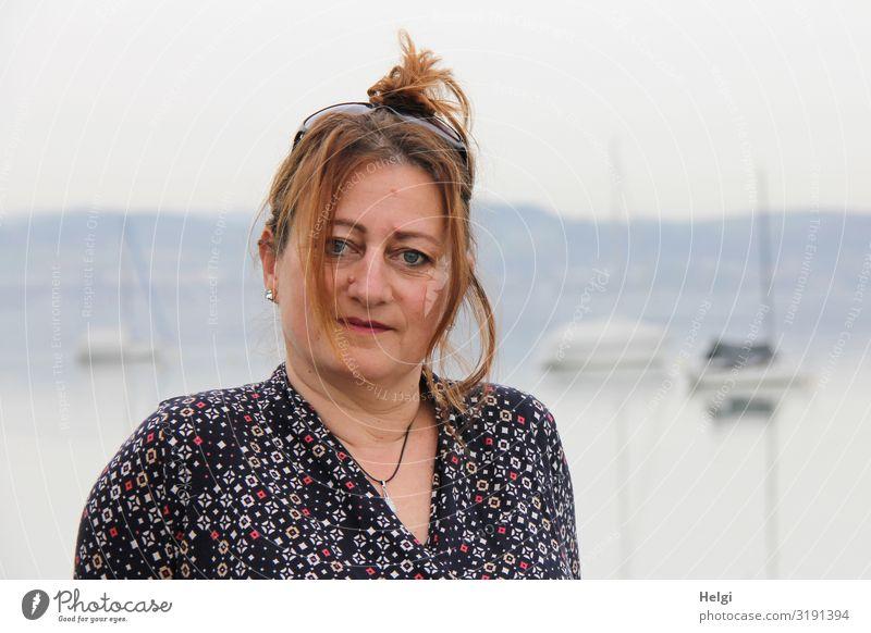 Porträt einer Frau mit langen hochgesteckten Haaren vor nebeligem Hintergrund Mensch feminin Erwachsene Kopf Haare & Frisuren Gesicht 1 45-60 Jahre Umwelt Natur
